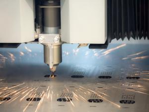 מכונת לייזר חותכת פח מתכת.